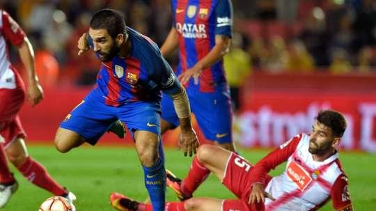 Lattaquant turc du Barça Arda Turan face au défenseur de lEspanyol Victor Alvarez, le 25 octobre 2016 à Tarragone lors de la Supercoupe de la Catalogne