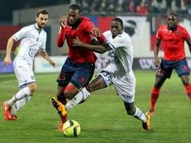 Le défenseur Mouhamadou Dabo, sous le maillot de Troyes, tacle le défenseur Alassane Touré. AFP