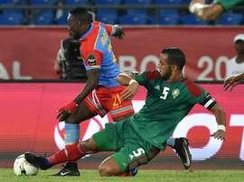 Le capitaine marocain Mehdi Benatia au duel avec l'attaquant de la RD Congo Ndombe Mubele. AFP