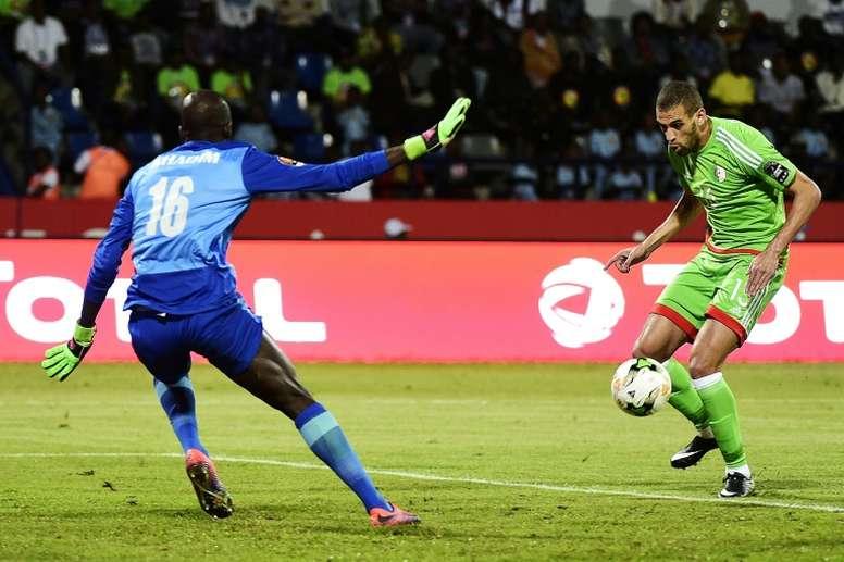 Slimani suena para dos equipos de la Premier. AFP