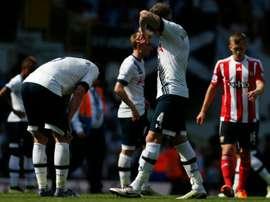Les joueurs de Tottenham abattus à lissue de leur défaite devant leur public face à Southampton, le 8 mai 2016