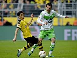 Le défenseur de Wolfsburg Marcel Schaefer à la lutte avec le milieu de Dortmund Shinji Kagawa. AFP