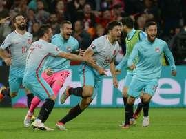 La joie des joueurs turcs après le but dOzan Tufan contre la République tchèque, lors de lEuro, le 21 juin 2016 à Lens