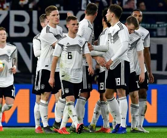 Les Allemands se congratulent après le but de Leon Goretzka. AFP