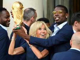Des crampons et des maillots de Pogba aux enchères. AFP