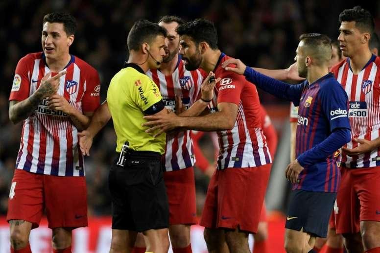 Diego Costa proteste contre son exclusion auprès de l'arbitre Gil Manzano. AFP