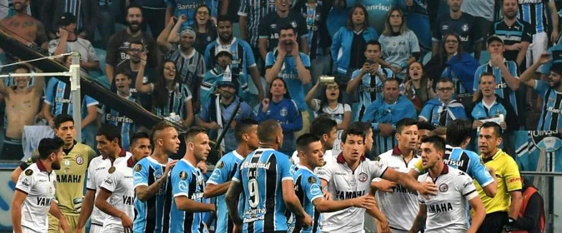 Les joueurs brésiliens de Gremio et argentins de Lanus se disputant à l'issue du match aller. AFP