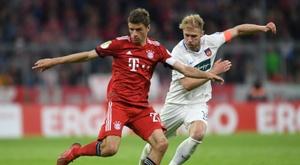 Thomas Müller et Heidenheim Sebastian Griesbeck en quart de finale de la coupe d'Allemagne. AFP