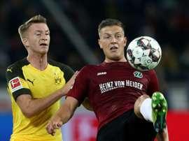 Marco Reus (g) aux prises avec le défenseur d'Hanovre Kevin Wimmer. AFP