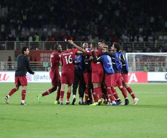 Les joueurs du Qatar fêtent leur qualification pour les quarts de finale. AFP