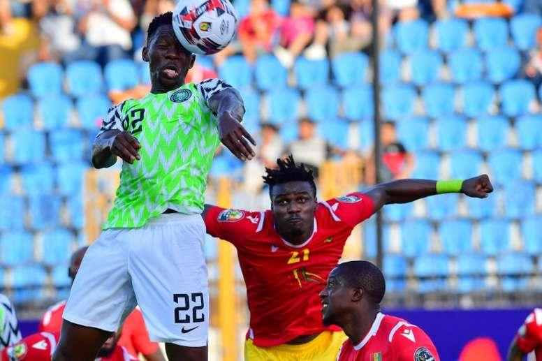 Kenneth Omeruo (g) buteur lors du match de phase de groupes de la CAN face à la Guinée. AFP