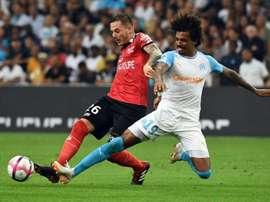 Luiz Gustavo est débordé par l'attaquant de Guingamp Nolan Roux. AFP