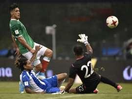 L'attaquant méxicain Raul Jiménez marque le 3e but face au Honduras. AFP