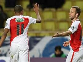 Valère Germain (d), auteur du 2e but de Monaco face à lAC Ajaccio en Coupe de France, félicité par son coéquipier Kylian Mbappé, le 6 janvier 2017 à Louis-II