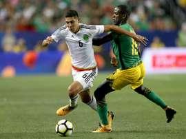 Le Mexicain Edson Alvarez à la lutte avec Je-Vaughn Watson de la Jamaïque. AFP