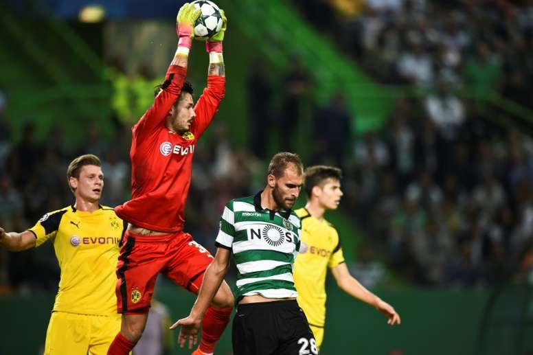 Le gardien de Dortmund Roman Burki capte un ballon face au Sporting Portugal, le 18 octobre 2016 à Lisbonne