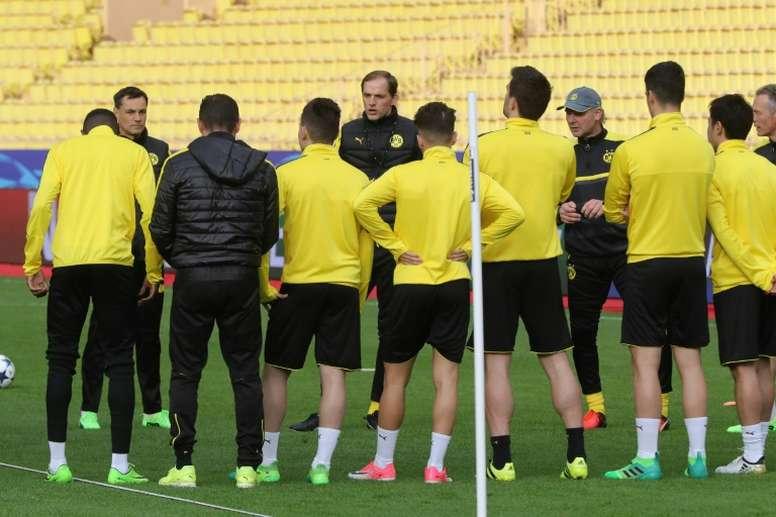 L'entraîneur de Dortmund Thomas Tuchel avec ses joueurs au Stade Louis-II de Monaco. AFP