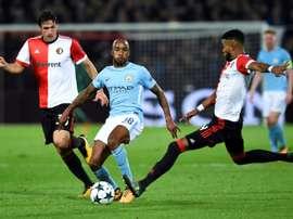 Le milieu anglais de Manchester City Fabian Delph (c) face à Feyenoord en C1. AFP