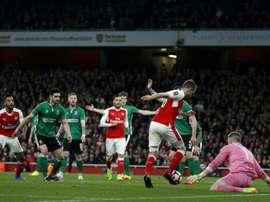 Aaron Ramsey dribble le gardien de Lincoln City Paul Farman pour marquer le 5e but d'Arsenal. AFP