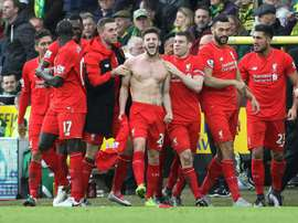 Le milieu Adam Lallana (c) auteur du 5e but de Liverpool, fêtent la victoire de son équipe face à Norwich City, le 23 janvier 2016 à Norwich