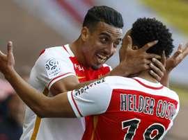 Le Monégasque Nabil Dirar fête son but contre Guingamp avec son coéquipier Helder Costa. AFP