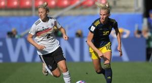 Carolin Simon (g) lors du quart de finale du Mondial féminin face à la Suède. AFP