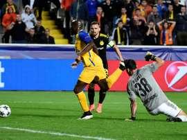L'attaquant Mickaël Poté ouvre le score pour Apoel Nicosie face au Borussia Dortmund. AFP
