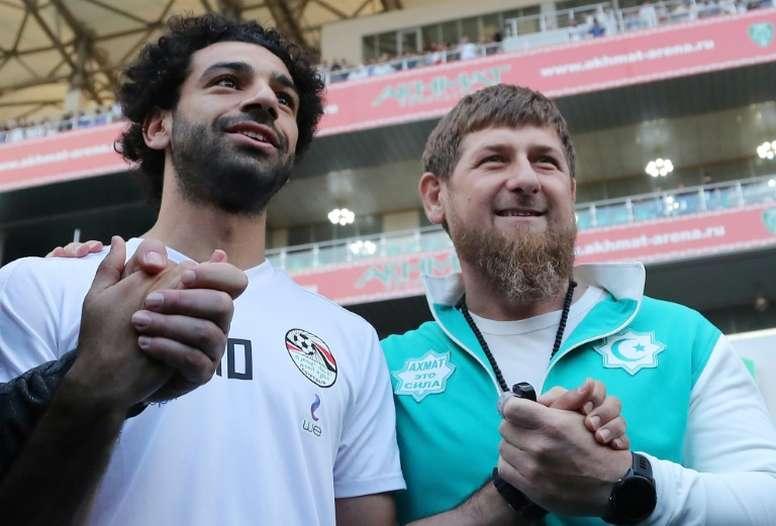 La foto de Mohamed Salah con el jefe del estado de Chechenia ha indignado a muchos. AFP