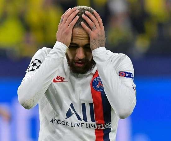 Neymar si becca un polemico rosso. AFP