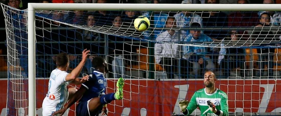 Le gardien de Troyes Matthieu Dreyer tente darrêter un tir face à Marseille au stade de lAube, le 14 mai 2016