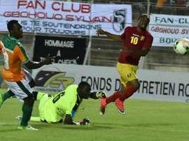 'attaquant guinéen François Kamano (N.10) bat de près le gardien de la Côte d'Ivoire. AFP