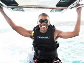 L'ex-président américain Barack Obama fait du kitesurf sur une île des Caraïbes. AFP
