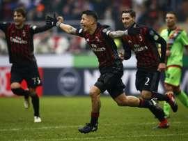 Lattaquant Giacomo Lapadula (c) inscrit le but de la victoire pour lAC Milan face à Crotone à San Siro, le 4 décembre 2016
