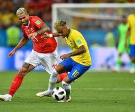 Behrami à la lutte avec l'attaquant vedette du Brésil Neymar. AFP