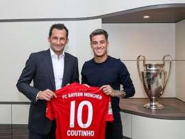 : La recrue du Bayern Philippe Coutinho avec le directeur sportif du club Hasan Salihamidzic. AFP