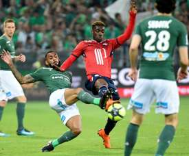 Yann MVila (g) à la lutte avec le mileu de Lille Yves Bissouma. AFP