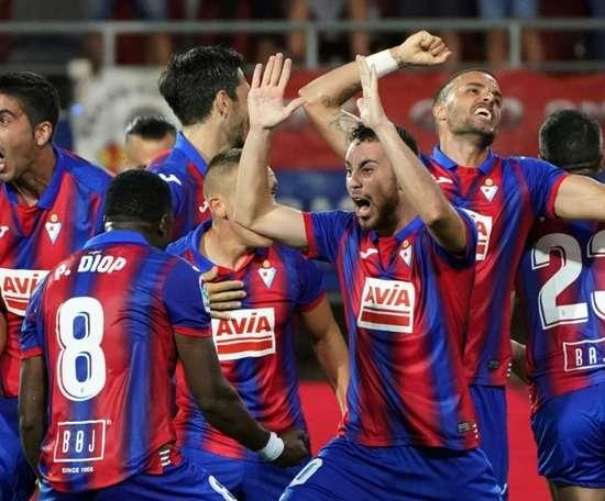 Les joueurs d'Eibar exultent après avoir renversé le Séville 3-2. AFP