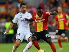 Yannick Gomis (d) à la lutte avec le Dijonnais Wesley Lautoa. AFP
