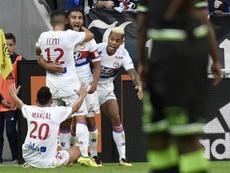 Le capitaine lyonnais Fekir, buteur décisif contre Guingamp, est congratulé par ses coéquipiers. AFP