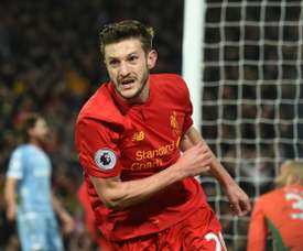 Adam Lallana renovou com o Liverpool, onde está desde 2014. AFP