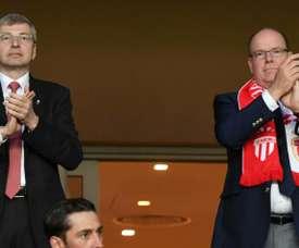 Dimitri Rybolovlev (g) et le Prince Albert II lors de la victoire à domicile sur Lille. AFP