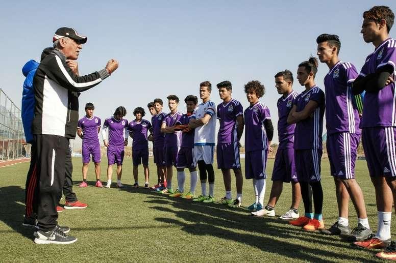 Le coach des jeunes de l'Air Force Club de Bagdad, Kadhim Flayeh a subi une ablation du larynx. AFP