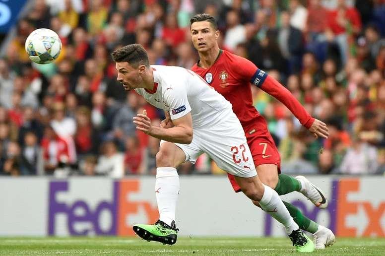 Fabian Schar devance la star du Portugal Cristiano Ronaldo auteur d'un triplé. AFP