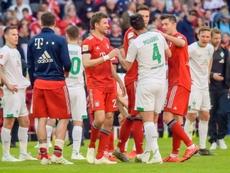 Claudio Pizarro parle aux joueurs du Bayern à la fin du match de Bundesliga. AFP