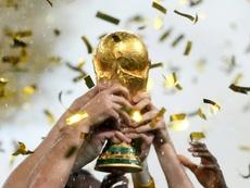 Les Français tiennent le trophée du Mondial de Russie à Moscou. AFP