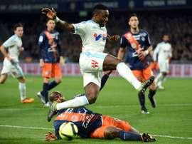 Le défenseur de Marseille Dja Djédjé à la lutte avec le joueur de Montpellier Souleymane Camara. AFP