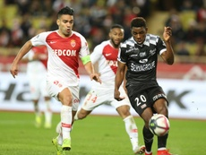 Radamel Falcao (g) impuissant face au défenseur camerounais de Guingamp Félix Eboa Eboa. AFP