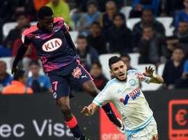 Le milieu bordelais André Biyogo Poko à la lutte avec celui de Marseille Rémy Cabella au stade Vélodrome, le 10 avril 2016