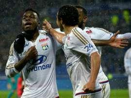 Maxwell Cornet félicité par ses coéquipiers après son but contre le Gazélec Ajaccio. AFP