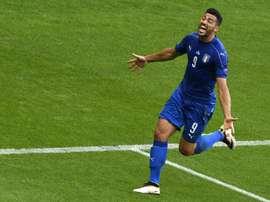 Lattaquant italien Graziano Pellè exulte après un but contre lEspagne en 8e de finale de lEuro, le 27 juin 2016 au Stade de France